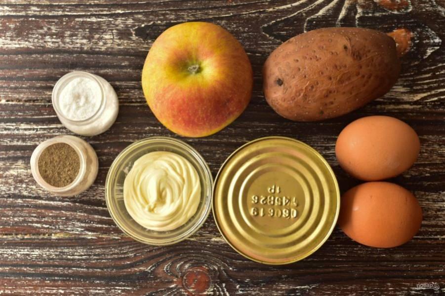 Подготовьте ингредиенты. Заранее отварите картофель и куриные яйца.