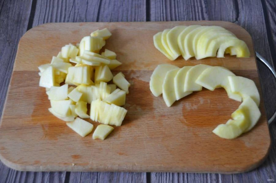 Яблоки очистите от сердцевинки и от кожуры, одно яблоко нарежьте мелкими тонкими кусочками, а второе нарежьте тонкими ломтиками.