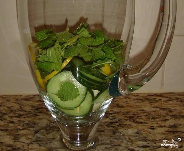 5. Выложите все ингредиенты в графин или банку. Залейте чистой водой и оставьте на ночь, чтобы напиток настоялся. Конечно, его можно пить и минут через 30, но за ночь он станет насыщеннее и полезнее. Вот и все, перед подачей можно добавить в стакан также парочку кубиков льда. Угощайтесь вкусной и полезной водичкой!