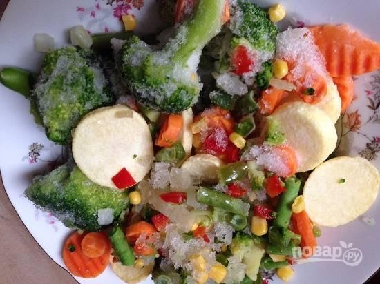 Я использую вот такие замороженные овощи. Достаньте их из морозилки загодя, пусть разморозятся.