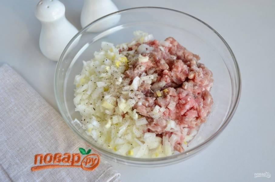 Приготовьте фарш. Для этого смешайте мясной фарш с мелко порезанным луком, солью, перцем молотым и водой. Количество воды можно увеличить до 150 мл, если фарш суховатый.