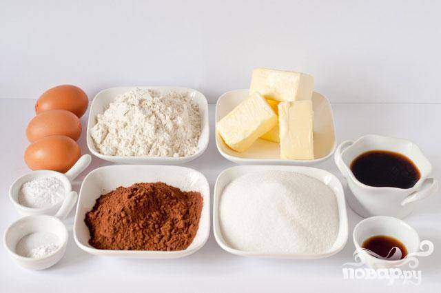 2. После того, как смесь остынет, разогреть духовку до 175 градусов. Выстелить форму для маффинов бумажными вкладышами. В миску просеять вместе муку, соду, разрыхлитель и соль. В большой миске взбить вместе масло и сахар. Добавить яйца, по одному за раз, и взбить. Перемешать с ванильным экстрактом. Добавить 1/3 мучной смеси в миску и перемешать. Добавить 1/2 кофейной смеси и перемешать. Повторить с оставшейся мучной и кофейной смесью, заканчивая мукой. Перемешать, но не взбивать.