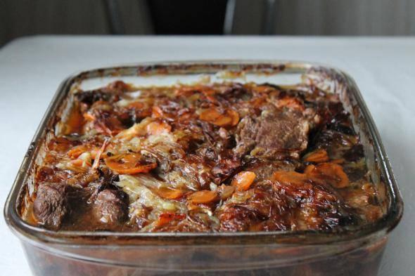 Готовое блюдо извлекаем из жаропрочной формы и раскладываем по тарелкам.