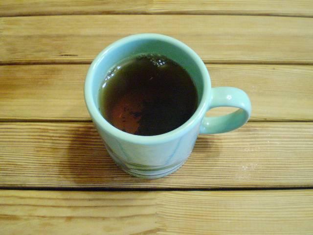 2. Заварите в чашке крепкий черный чай, остудите его, чтобы не был горячим.