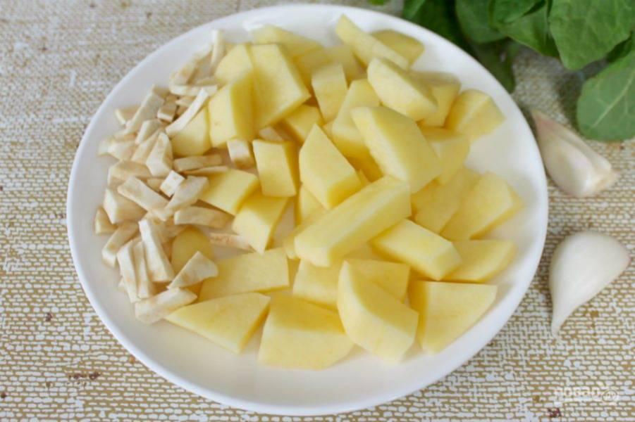 Затем, добавляем картофель и сельдерей.