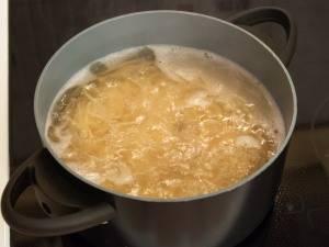В кастрюле на слабом огне отварим спагетти. Примерно варить их нужно минут 15. Но лучше ознакомьтесь со временем приготовления на упаковке. Очень важно их не переварить.