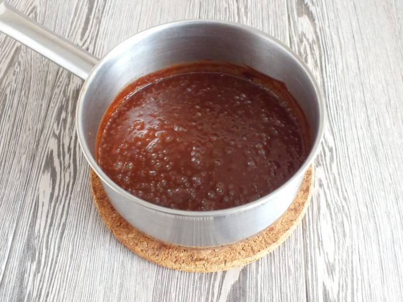 Взбейте теплый крем погружным блендером. Это придаст крему гладкую структуру.