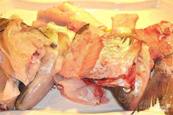 Рыбу потрошим, освобождаем от хребта и косточек. Используем только филейную часть. Хотя, совсем тоненькие косточки можно оставлять - все равно потом перемелем.