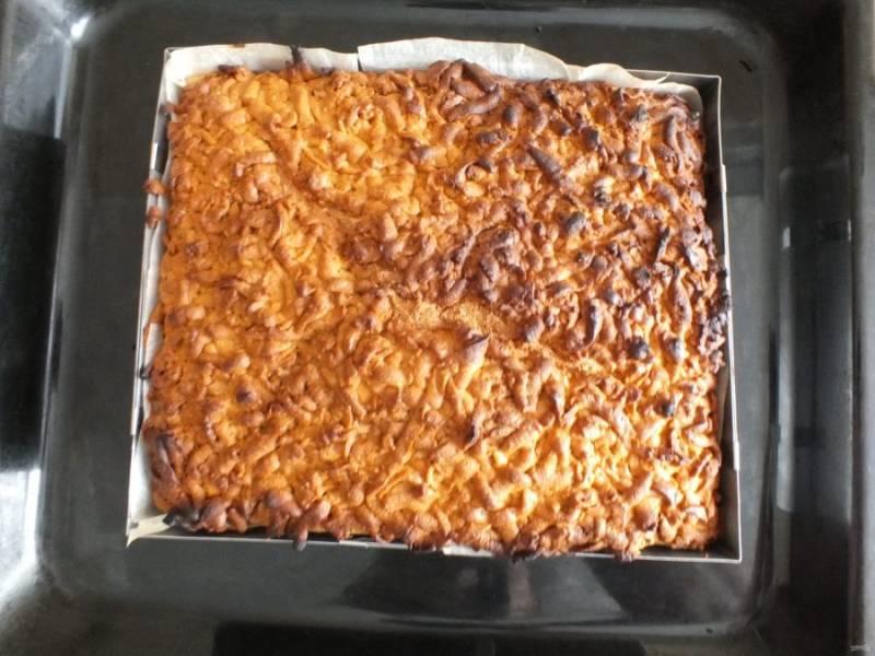 Готовый пирог достаньте из духовки и остудите в форме.
