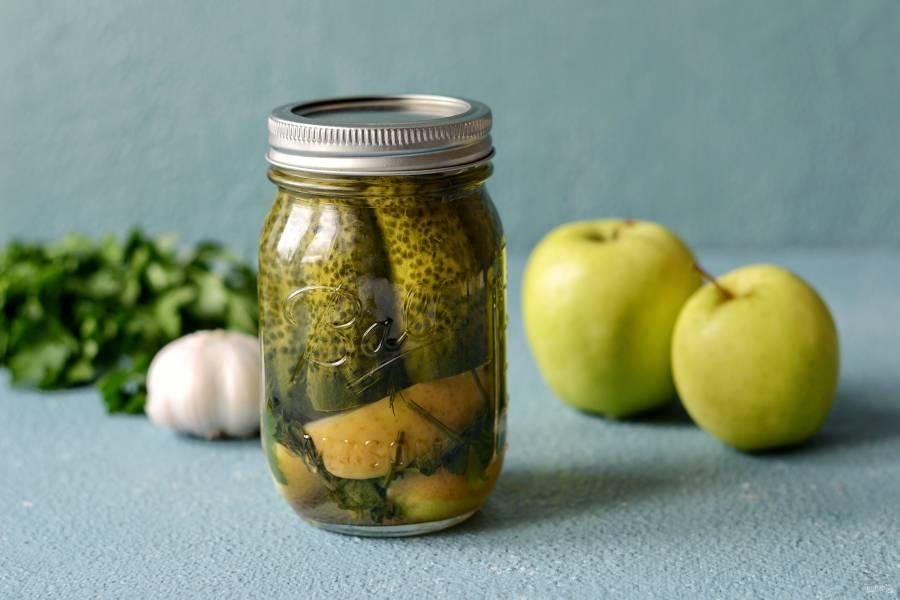 Малосольные огурцы с яблоками