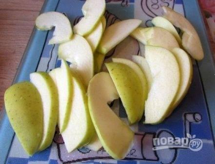Очистим яблоко от сердцевины и нарежем тонкими дольками.