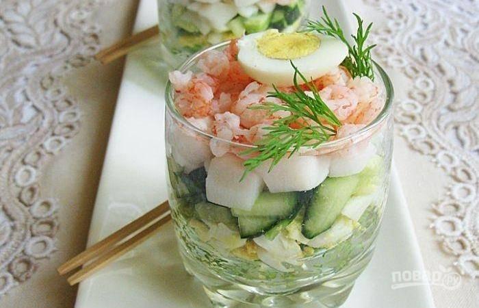 Салат можете уложить слоями по порциям, а можете перемешать в салатнике. Заправьте блюдо маслом, лимонным соком и солью. Украсьте половинками яиц. Приятного аппетита!