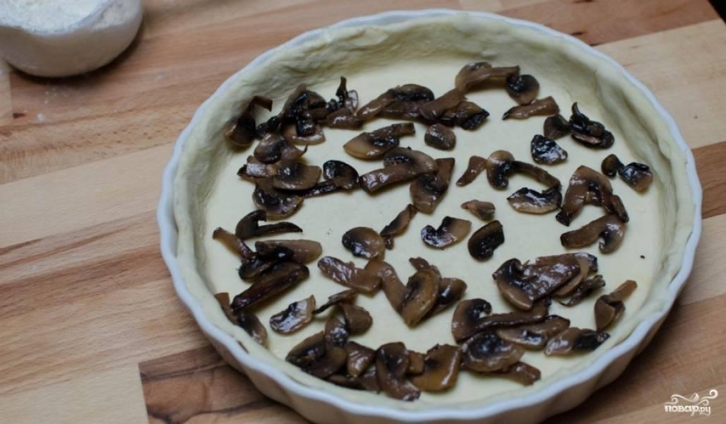 Помойте грибы. Прожарьте их на оливковом масле до готовности. Только тогда их можно выкладывать на основу для киша.