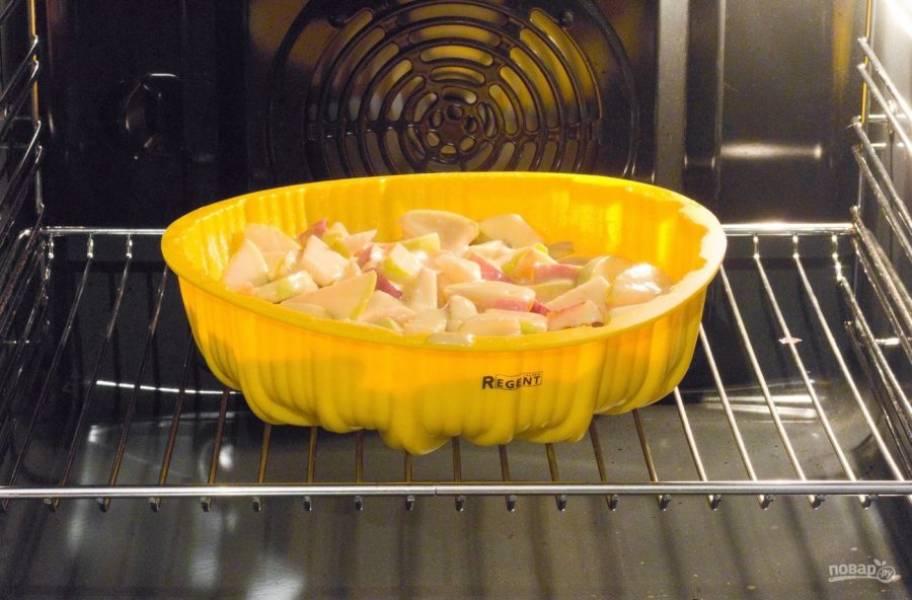 Запекайте пирог при 180 градусах в течение часа в разогретой духовке.