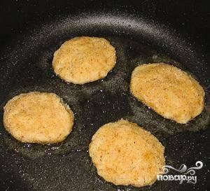 Из полученной массы формируем котлеты, макаем их в панировочные сухари и обжариваем их на сковороде в растительном масле до образования золотистой корочки. Готово!