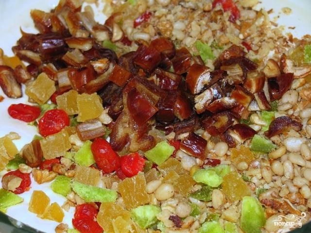 4. Подготовьте добавки: измельчите орехи и сухофрукты. Смешайте все с творожной основой до однородности.