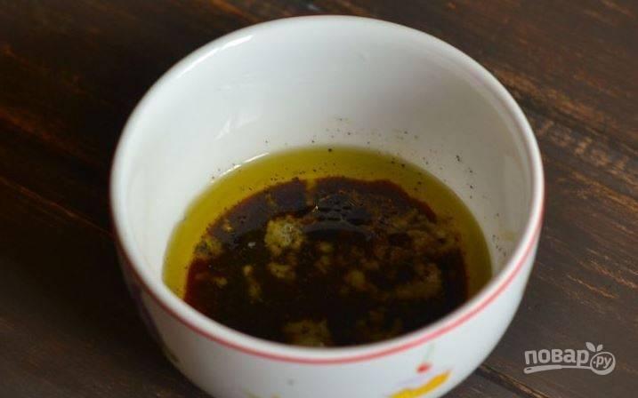 В самом конце добавьте в пиалку соевый соус. Затем тщательно взбейте соус венчиком или при помощи погружного блендера. Остудите соус в холодильнике и заправьте им салат.