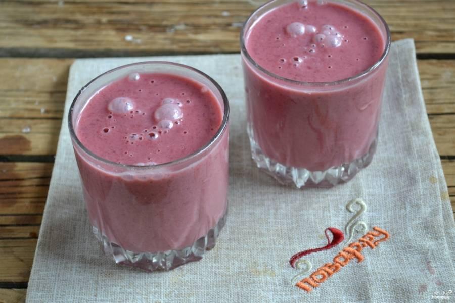 Разлейте полученный мусс в креманки или стаканы, поставьте в холодильник на 2-3 часа, а затем подавайте.