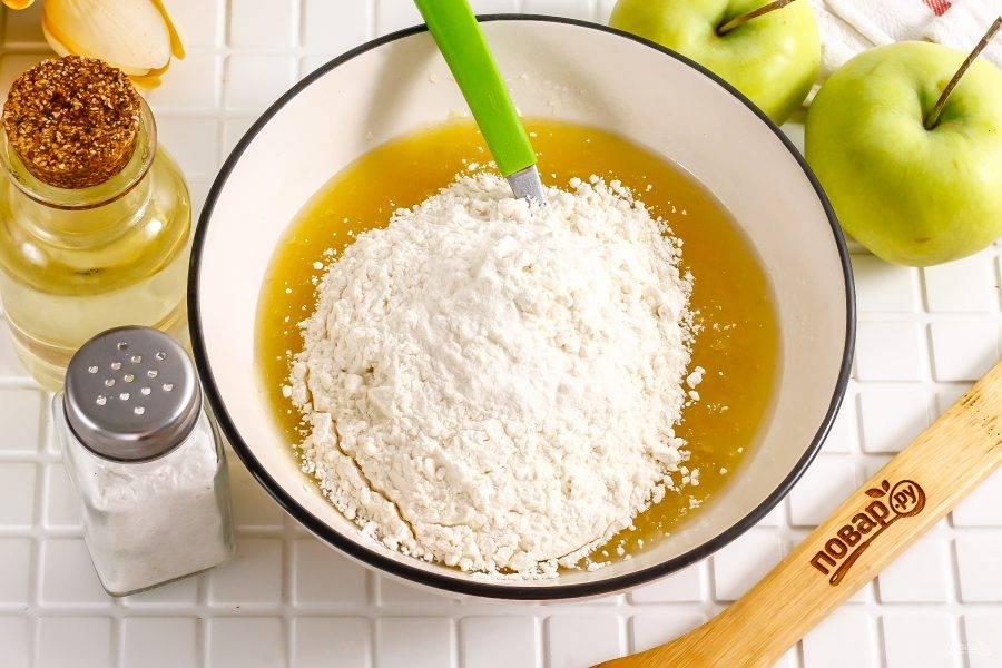 Всыпьте пшеничную муку по частям, вмешивая ее в жидкую массу. Муки может потребоваться чуть больше или меньше.