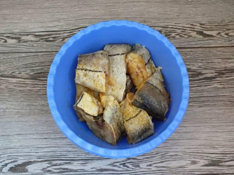 Рыбу вымойте, нарежьте порционно (если это необходимо). Переложите в чашу, добавьте соль, специи для рыбы. Перемешайте и оставьте на 20 минут.