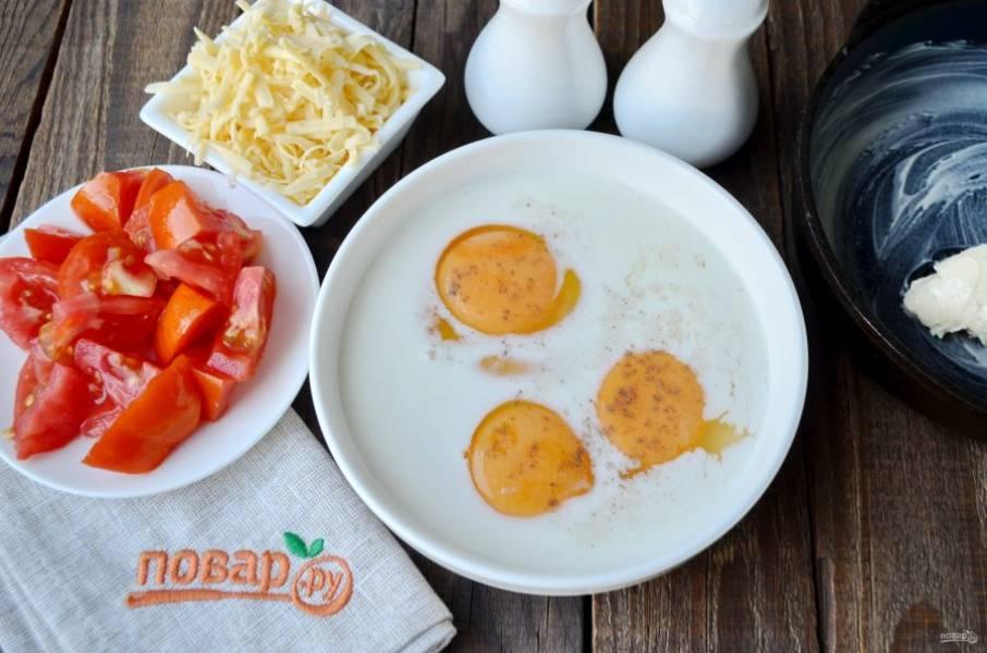 Венчиком яйца смешайте со сливками, солью и перцем черным молотым. Натрите сыр крупно или мелко. Помидоры порежьте кусочками. Если кожура помидора жесткая, то лучше ее снять, мои помидоры нежные и только с грядки, я этот шаг пропустила.