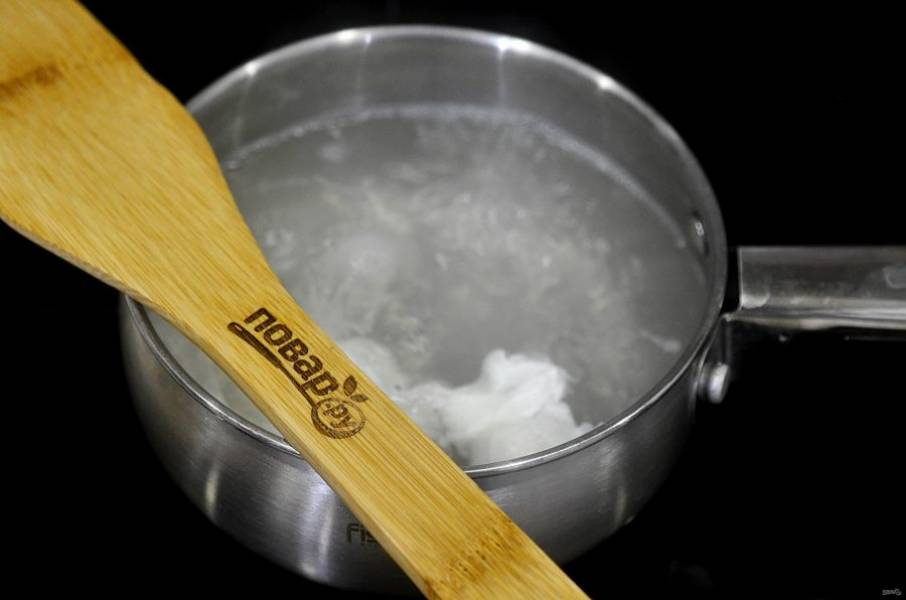 5. Вскипятите воду, добавьте щепотку соли и чайную ложку уксуса. Аккуратно вбейте в кипящую воду яйцо и варите 1 минуту.