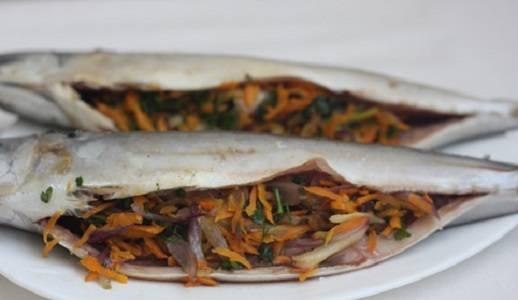 4. Обсушенную рыбку нафаршировать овощами с зеленью.