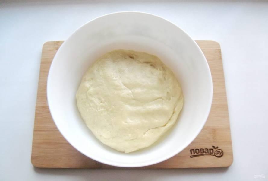 Замесите мягкое, эластичное, не липнущее к рукам тесто.