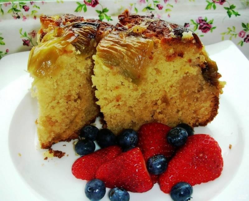 Когда пирог немного остынет, аккуратно достаньте его из формы. Сверху вылейте на него сироп, который остался от приготовления ревеня. Нарежьте пирог кусочками и подавайте к столу.