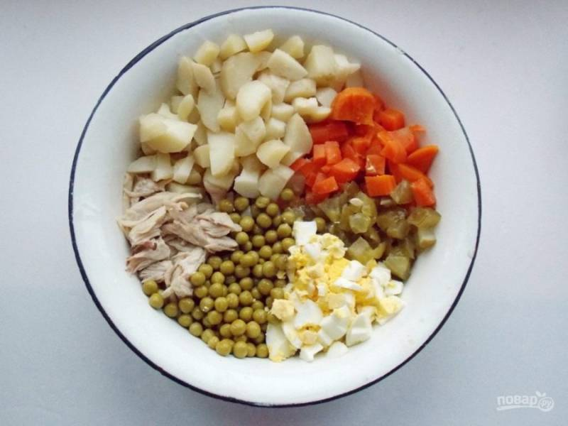 2. Когда все остынет нужно, нарезать куриное филе, овощи, яйца. Соленые огурцы подбирайте по вкусу. Я люблю, чтобы салат был посолонее, потому что овощи и курица пресные. Зеленый горошек также добавляйте по вкусу. На это количество продуктов достаточно будет одной баночки.