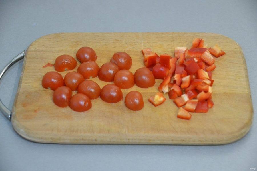 Пока варится рис, порежьте помидоры и сладкий перец.