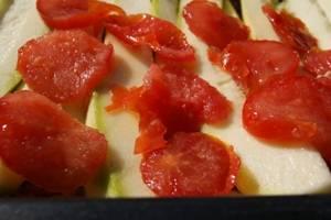 На кабачки уложите помидоры, очищенные от кожицы. Повторите слои еще один раз.