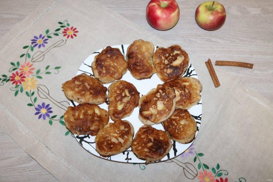 Оладьи с яблоками и корицей готовы!