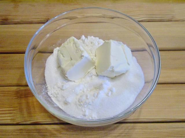 3. Смешать муку со щепоткой соли, сахаром, сливочным маслом. Растираем или вилочкой смешиваем.