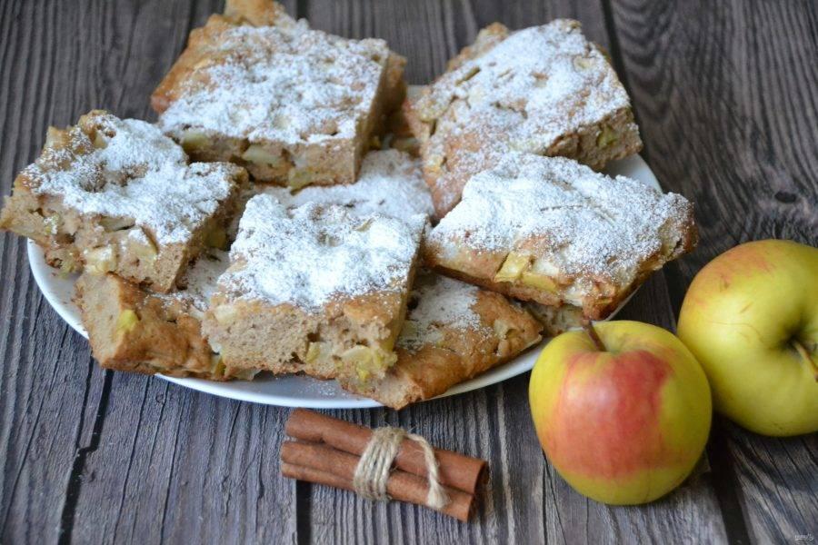 Разрежьте пирог на порционные кусочки, посыпьте сахарной пудрой.
