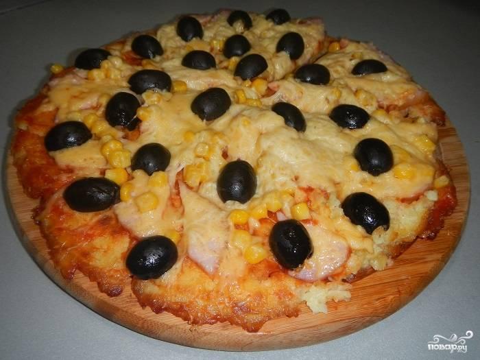 5.Снять со сковороды готовую пиццу на картофельной основе, не повредив ее, довольно сложно, т.к. горячая она очень хрупкая. Для этого подденьте край лопаткой и наклоните сковороду, чтобы пицца как бы сама съехала с нее на блюдо. Приятного аппетита!