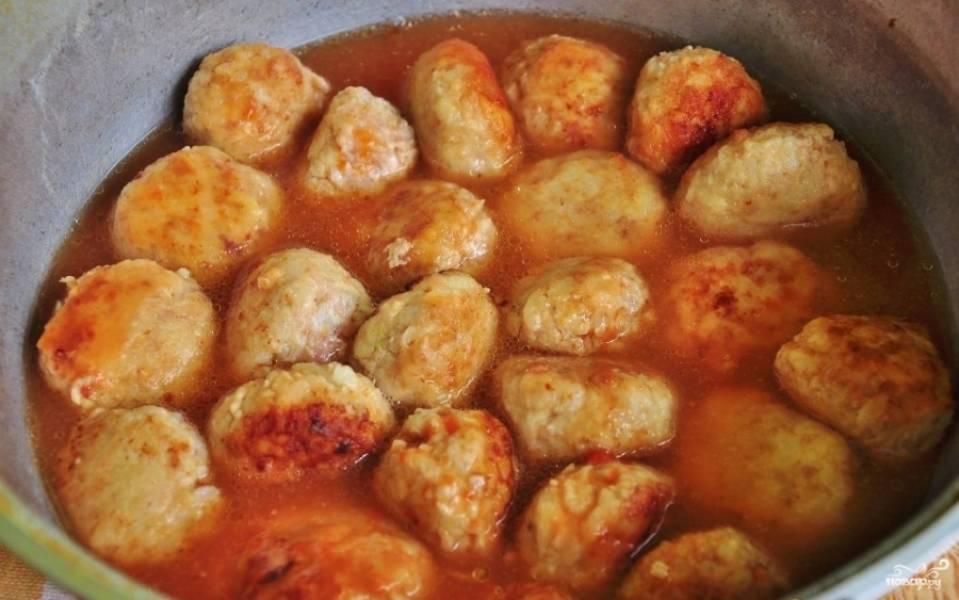 Тефтели переложите в глубокую кастрюлю. Отдельно разведите стакан воды с томатной пастой и солью. Влейте жидкость в кастрюлю. Также добавьте лавровый лист. Тушите блюдо 10 минут под крышкой на маленьком огне.