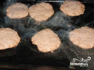 Сковороду разогреть, смазать маслом. На небольшом огне обжаривать бифштексы около 10 минут с каждой стороны. Переворачивать аккуратно лопаткой.