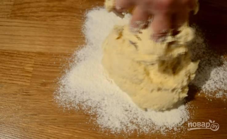 3.Стол присыпаем мукой, выкладываем тесто, немного вымешиваем его, после чего перекладываем в миску и оставляем на 20 минут.