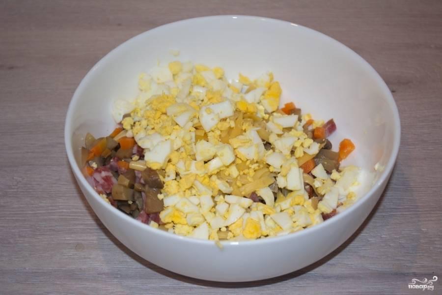 Поместите в мисочку все продукты салата. У меня грибочки маринованные домашние. Я их делаю с крупно нарезанной морковью. Ее я нарезала и тоже добавила в салат. Вы можете этого не делать или отдельно отварить морковь  и использовать для салата.