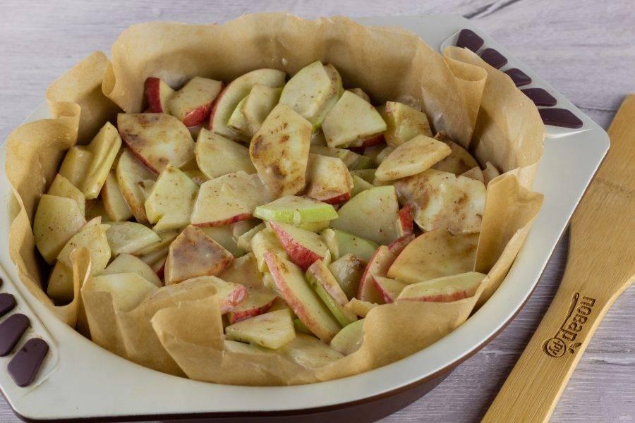 Форму (20-22 см) застелите пергаментом, выложите яблоки. Поставьте выпекаться на 35-40 минут при температуре 180 градусов.