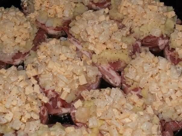 Ананасы и сыр порежьте мелкими кусочками, смешайте с майонезом и выложите на мясо поверх картофеля.