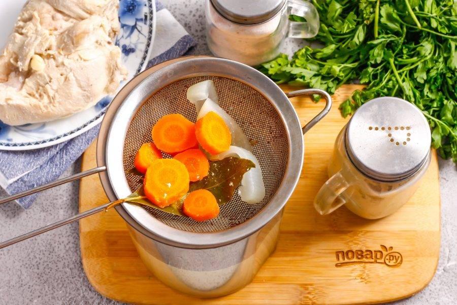 Выключите нагрев и извлеките грудку из бульона, выложив ее на тарелку. Процедите бульон через ситечко с мелкими ячейками или двойной слой марли.