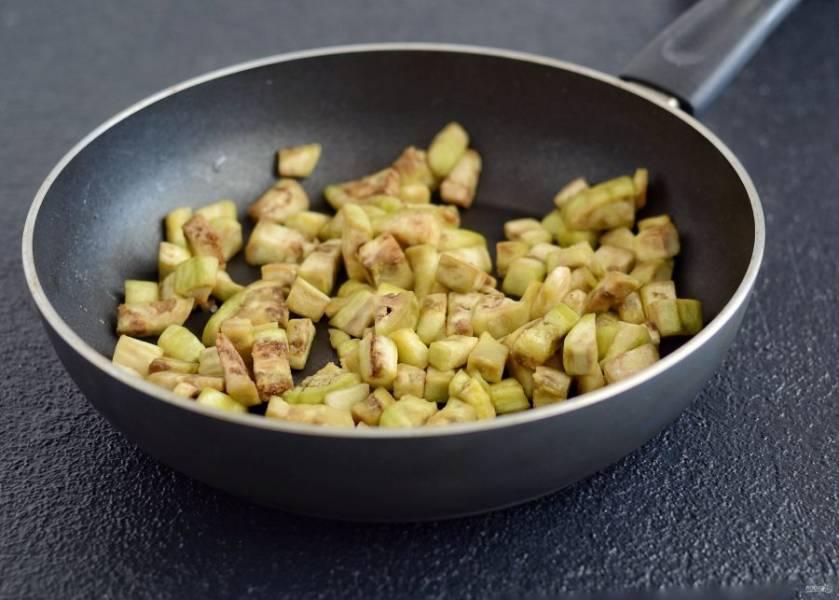 Затем обжарьте вместе с чесноком на среднем огне до полной готовности.