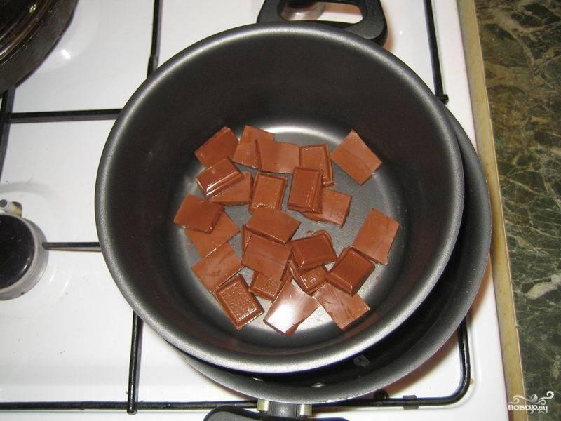 Теперь приготовьте глазурь: для этого на водяной бане растопите плитку шоколада.