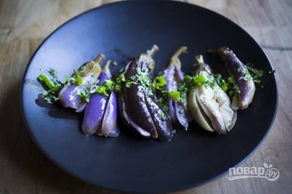 6.Храните готовую закуску в холодильнике 3-4 недели. Подавайте баклажаны со свежей кинзой и полейте оливковым маслом.