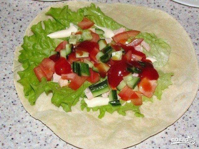 6. Следом у нас пойдут овощи. Можно подсолить немного и добавить щепотку перца.