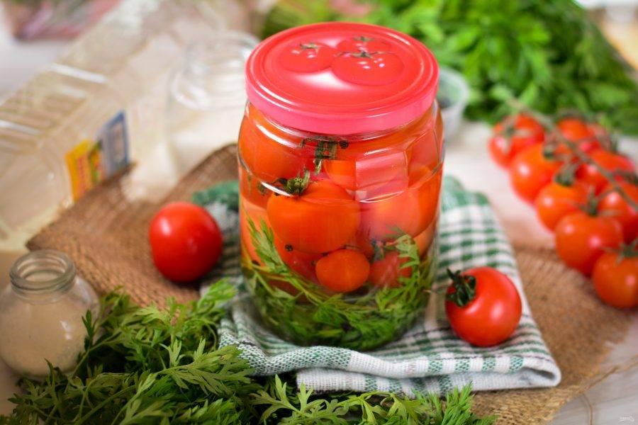 Храните помидоры на морковной ботве в темной и прохладной кладовой.