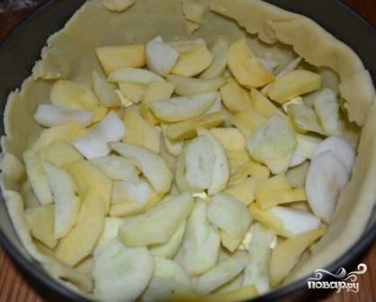 Выкладываем треть подготовленных яблок.