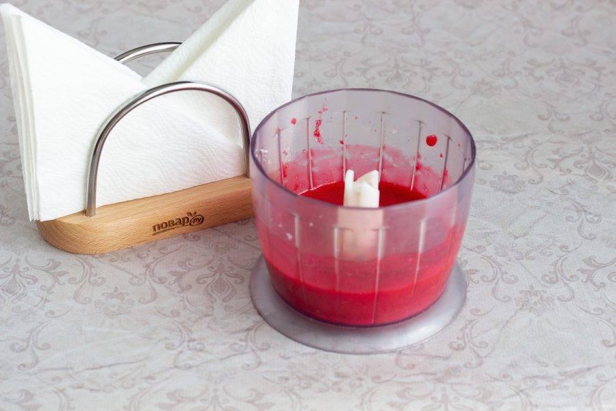 Пока меренги запекаются, приготовьте соус. Малину взбейте с сахаром в блендере.